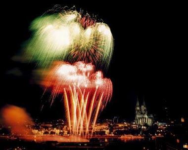 Feuriges Vergnügen über Köln - die Kölner Lichter ziehen bis zu 1 Mio. Menschen an den Rhein. Foto: obs/WECO Pyrotechnische Fabrik GmbH